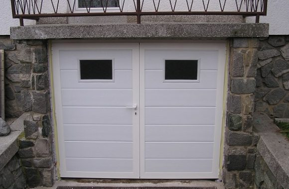 Bela dvokrilna garažna vrata