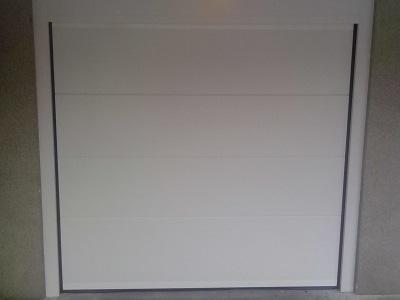 Bela sekcijska garažna vrata brez vmesnih črt