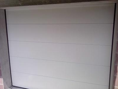 Bela sekcijska garažna vrata - gladka lamela