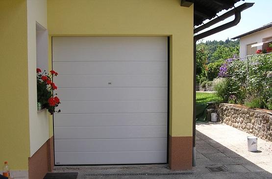 Bela sekcijska garažna vrata z eno črto