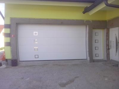 Bela sekcijska garažna vrata z okni + enokrilna vrata z okni