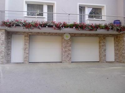 Dvoja bela sekcijska garažna vrata - z eno črto