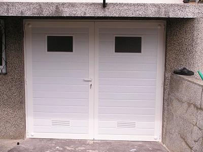 Dvokrilna garažna vrata linijski vzorec