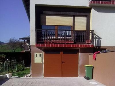 Dvokrilna garažna vrata - rdečkasto rjava