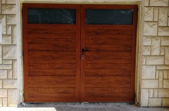 Dvokrilna garažna vrata - zlati hrast z okni