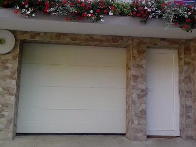 Enokrilna vrata ob garažnih vratih