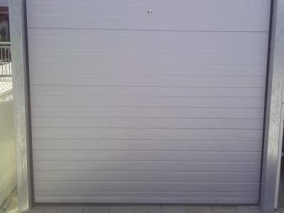 Sekcijska garažn vrata linijski vzorec
