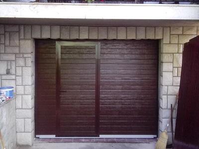 Sekcijska garažna vrata - čoko rjav linijski vzorec