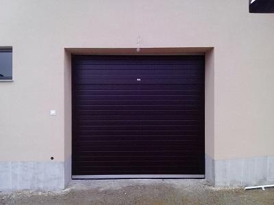 Sekcijska garažna vrata - črn linijski vzorec