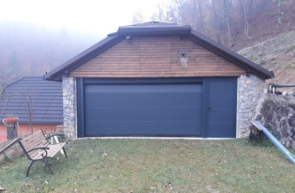 Sekcijska garažna vrata antracit gladka + enokrilna vrata