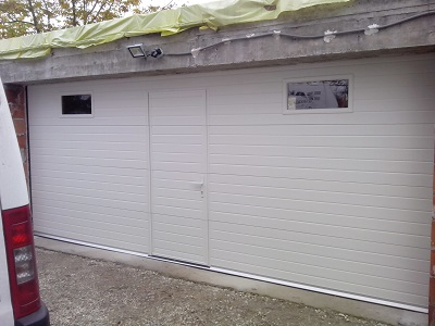 Sekcijska garažna vrata - bel linijski vzorec