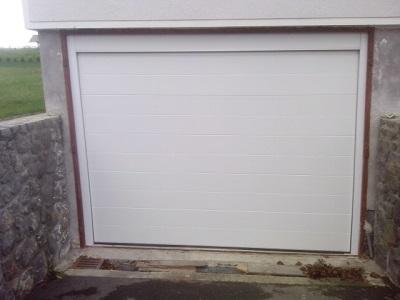 Sekcijska garažna vrata bela z eno črto - stropna zaslonka in stranske zaslonke