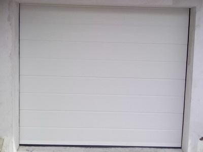 Sekcijska garažna vrata - bela z eno črto