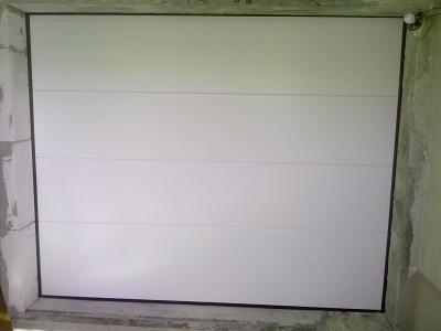 Sekcijska garažna vrata - bela