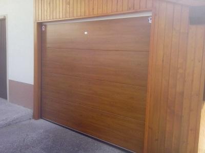 Sekcijska garažna vrata - gladka lamela zlati hrast