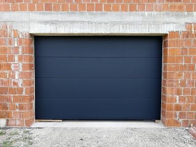 Sekcijska garažna vrata gladka struktura