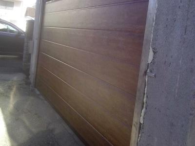 Sekcijska garažna vrata - imitacija lesa z eno črto