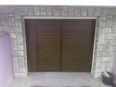 Sekcijska garažna vrata - linijski vzorec čoko rjav