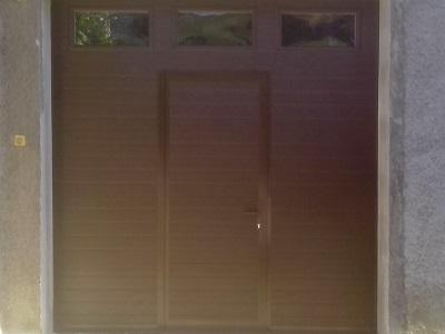 Sekcijska garažna vrata - linijski vzorec čoko rjave barve