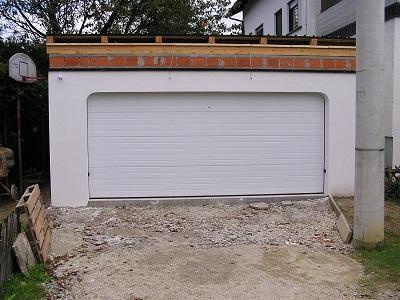 Sekcijska garažna vrata linijski vzorec