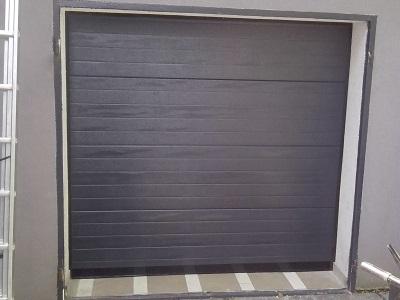 Sekcijska garažna vrata - linijski vzorec antracit barve