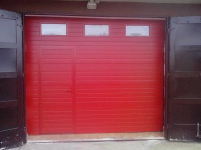 Sekcijska garažna vrata - linijski vzorec rdeče barve