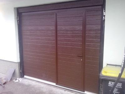 Sekcijska garažna vrata - linijski vzorec rjave barve