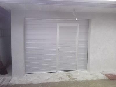 Sekcijska garažna vrata - linijski vzorec srebrne barve