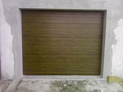 Sekcijska garažna vrata - linijski vzorec