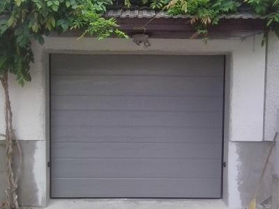Sekcijska garažna vrata - siv linijski vzorec