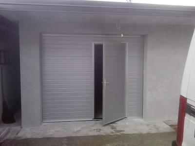 Sekcijska garažna vrata - srebrn linijski vzorec
