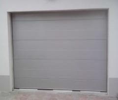 Sekcijska garažna vrata - srebrna z eno črto