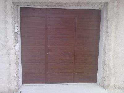 Sekcijska garažna vrata - temni hrast z eno črto