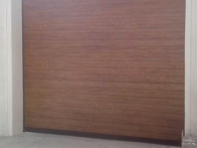 Sekcijska garažna vrata v imitaciji lesa