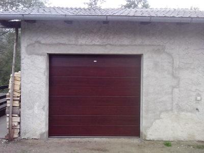 Sekcijska garažna vrata v imitaciji lesa - mahagonij