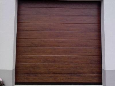 Sekcijska garažna vrata v imitaciji lesa - temni hrast