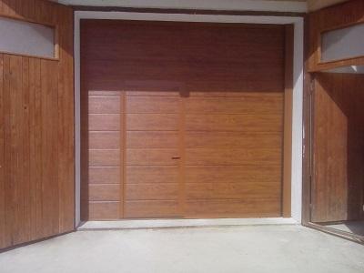 Sekcijska garažna vrata v imitaciji lesa - zlati hrast