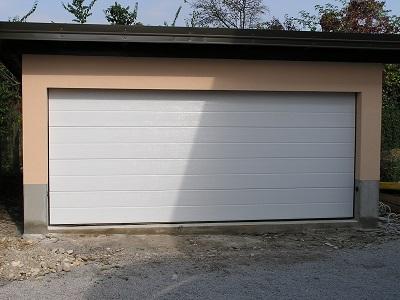 Sekcijska garažna vrata - z eno črto bela