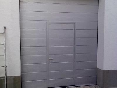 Sekcijska garažna vrata z eno črto srebrna
