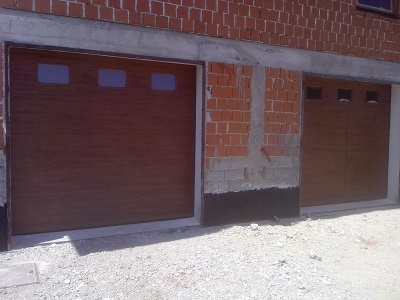 Sekcijska garažna vrata z okni - zlati hrast z eno črto