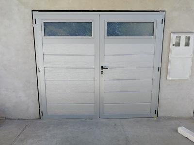 Srebrna dvokrilna garažna vrata