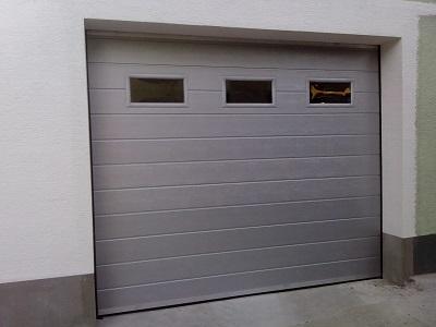 Srebrna sekcijska garažna vrata z okni